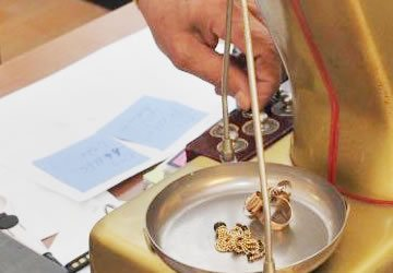 Compro Diamanti Prenestina - Vieni a far valutare i tuoi gioeilli da Compro Oro ROMA. Le nostre Quotazioni al grammo sono le migliori nella piazza. Supervalutiamo anche le pietre dure incastonate.